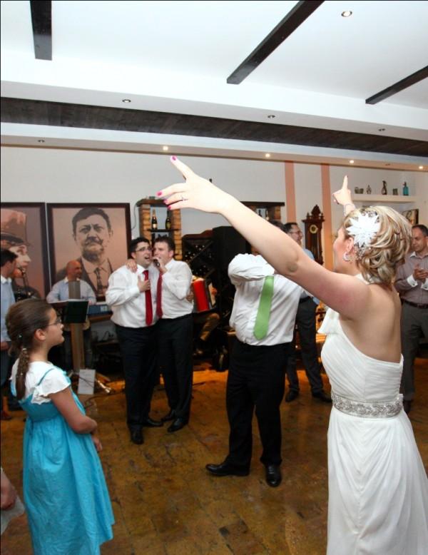 kum peva na svadbi