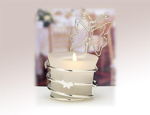 dekoracija u vidu držača za sveću na tematskom venčanju sa leptirićima