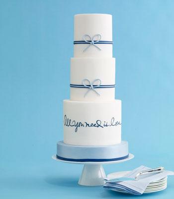 mladenačka torta sa ispisanim citatom