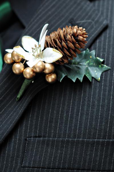 cvetić za mladoženju na zimskom venčanju