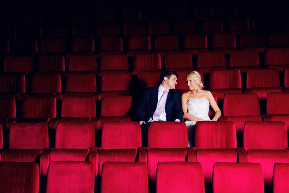mladenci u pozorištu