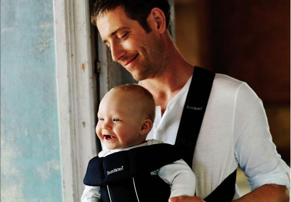 tata sa bebom u nosiljci