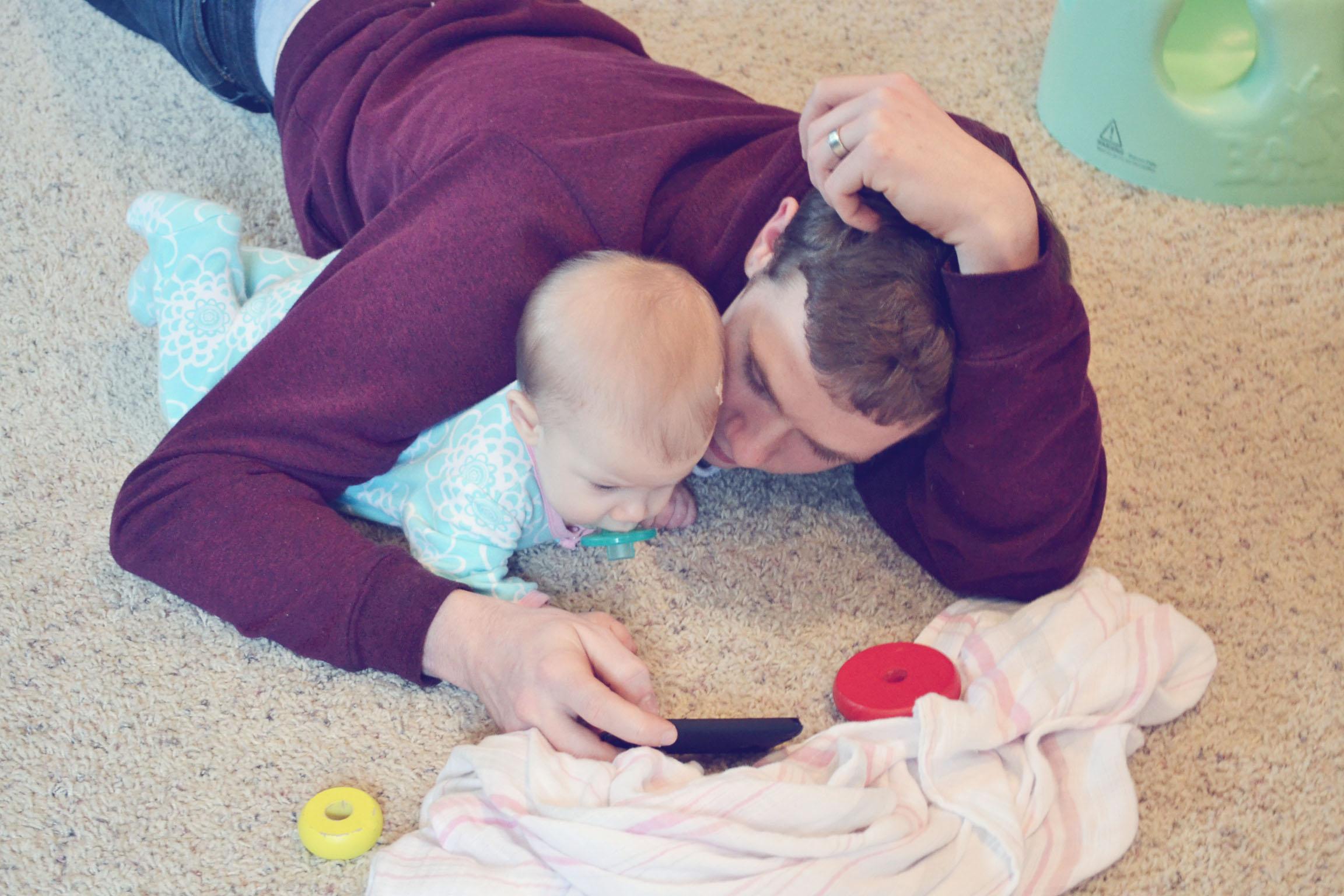 tata se igra sa bebom