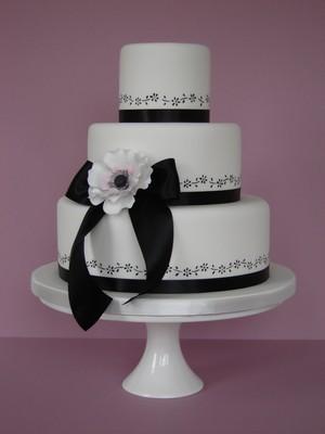 crno bela mladenačka torta