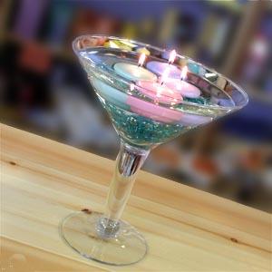 plivajuće sveće u martini čaši