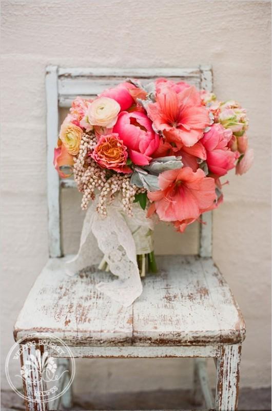 bidermajer od cveća u jarkim bojama