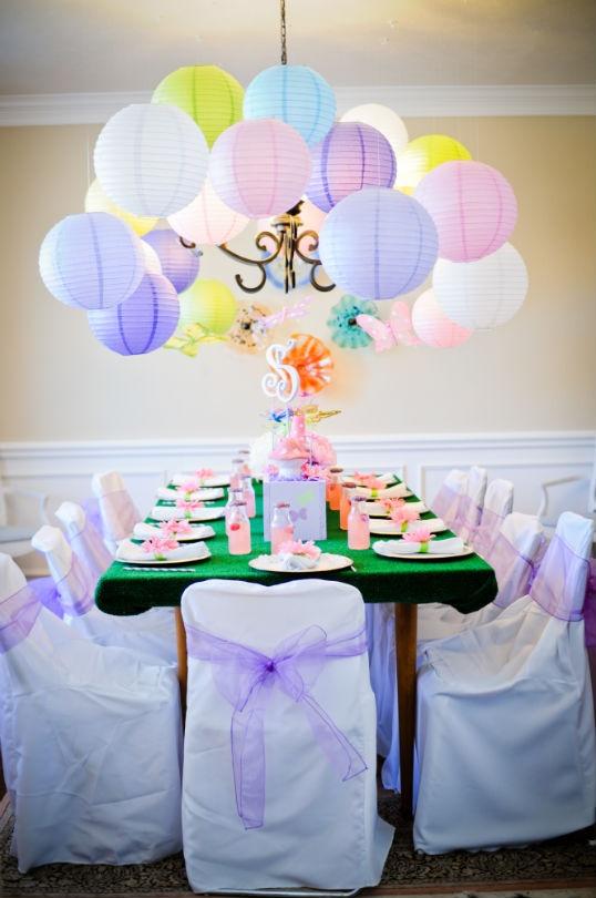 dekoracija svadbe papirnim lampionima u boji