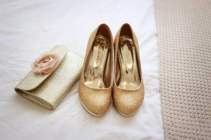 cipele i torbica u zlatnoj boji