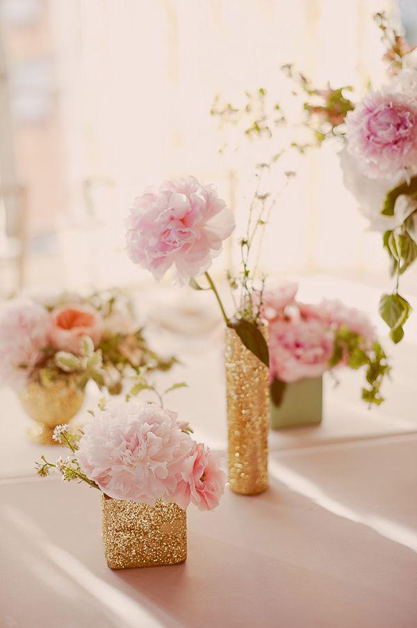 posudice u zlatnoj boji za dekoraciju venčanja