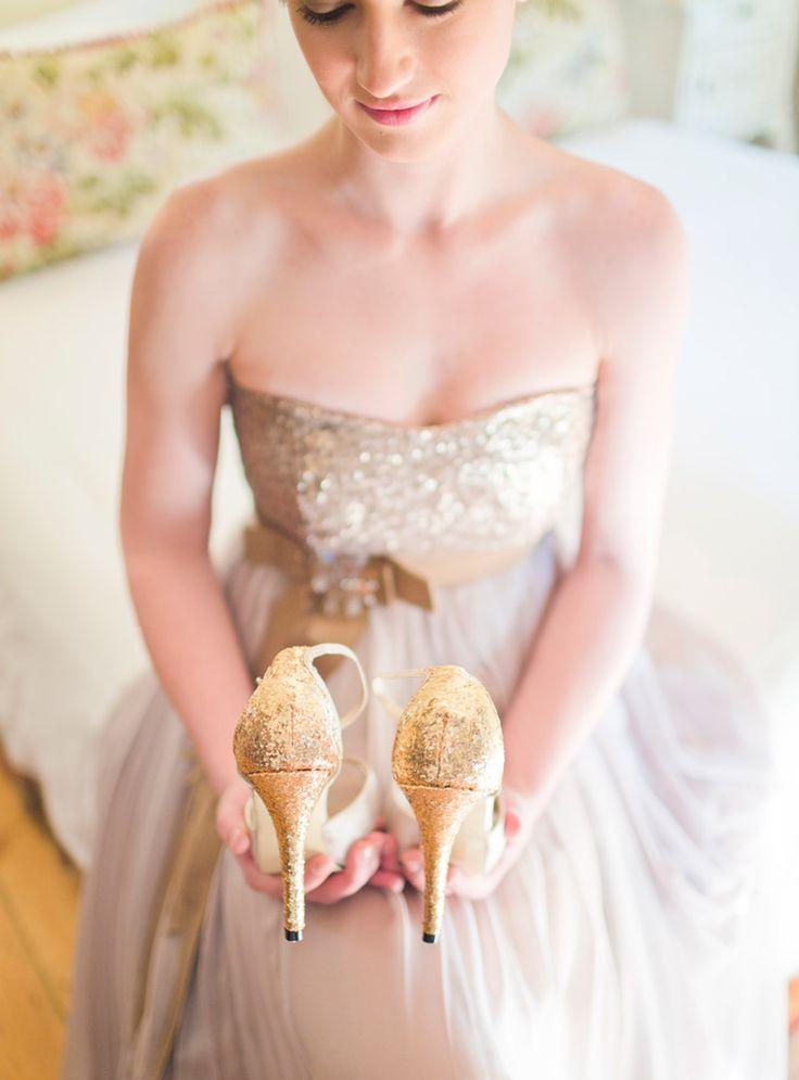 mlada sa zlatnim cipelama