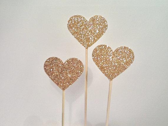 zlatno srce za dekoraciju venčanja