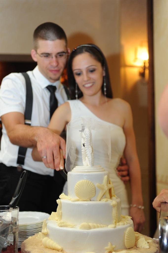 sečenje mladenačke torte