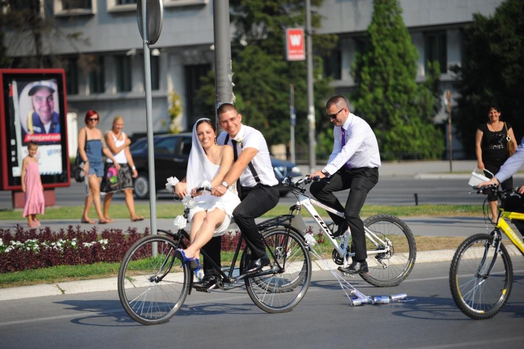mladenci na biciklu